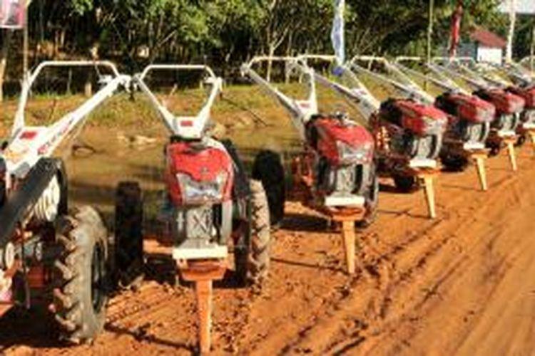Menteri Pertanian (Mentan) Andi Amran Sulaiman menyerahkan bantuan 280 alat mesin pertanian (alsintan) untuk para petani Kabupaten Ogan Komering Ulu (OKU) Timur dari total 2.000 alsintan yang diberikan untuk Sumatera Selatan.