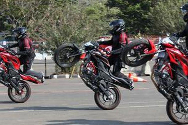 Aksi freestyle Honda CB150R Streetfire.