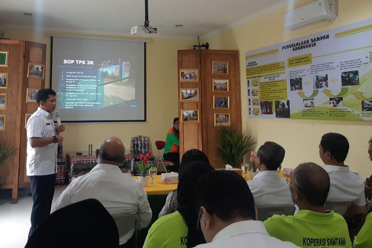 Saung Edukasi Pengelolaan Sampah di kawasan Asrama Dinas Lingkungan Hidup Bambu Larangan, Cengkareng, Jakarta Barat, Rabu (4/12/2019).