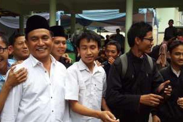 Bakal calon gubernur DKI Jakarta, Yusril Ihza Mahendra usai shalat Jumat di Masjid Universitas Negeri Jakarta (UNJ), Jumat (18/3/2016).