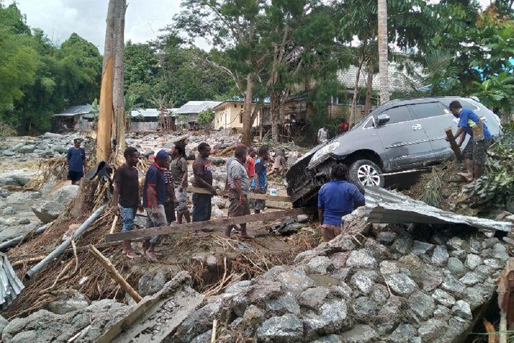 Banjir bandang menerjang Distrik Sentani, Kabupaten Jayapura, Papua, pada Sabtu (16/3/2019) malam hingga Minggu dini hari.