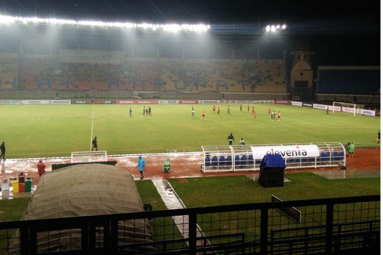 Suasana pertandingan pertama Grup A Piala Presiden 2019 antara Perseru Serui melawan Persebaya Surabaya di Stadion Si Jalak Harupat, Sabtu (03/02/2019).