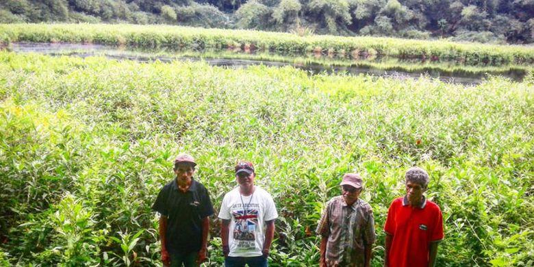 Warga desa Watudiran pose bersama pengunjung di bibir Danau Koliheret, Kabupaten Sikka, NTT, Rabu (22/5/2019).