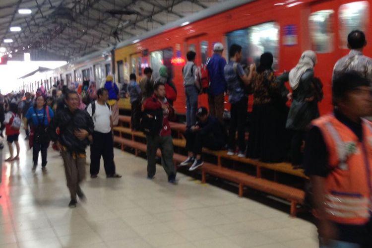 Suasana di Stasiun Jatinegara Jakarta, Jumat (31/3/2017). Tidak terlihat adanya lonjakan penumpang di stasiun tersebut.