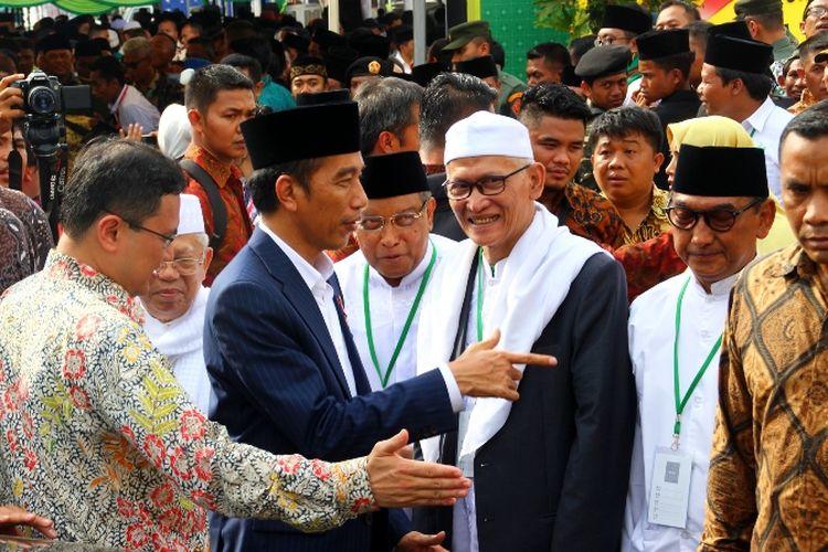 Presiden RI Joko Widodo usai membuka Musyawarah Nasional dan Konferensi Besar Alim Ulama Nahdlatul Ulama di Islamic Center Mataram, Kamis (23/11/2017).