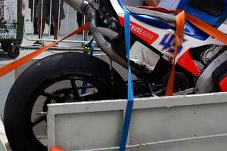 """Ban GP15 yang dikemudikan pebalap Pramac Ducati Scott Redding tiba-tiba """"meledak"""" saat ia melaju di tikungan enam dalam free practice 4 GP Argentina yang digelar di sirkuit Autodromo Termas de Rio Hondo, Sabtu (2/4/2016)."""