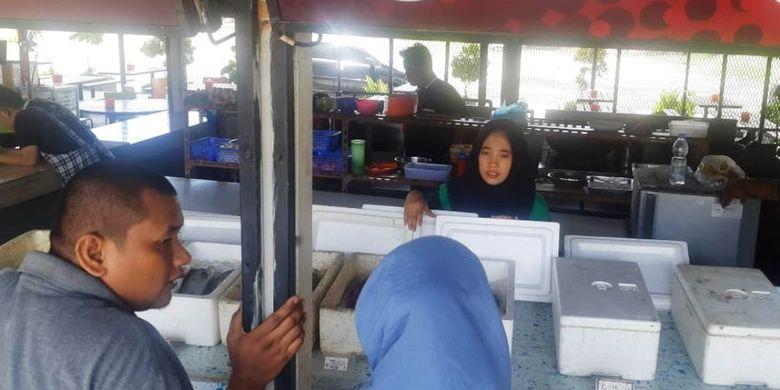 Memilih ikan di Warung Jaring Pukat, Jalan Pelabuhan, Kota Lhokseumawe, Aceh, Selasa (26/6/2019).