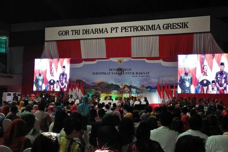 Menteri Agraria dan Tata Ruang Sofyan Djalil (tengah), saat memberikan sambutan di GOR Tri Dharma, Gresik, Kamis (20/6/2019).