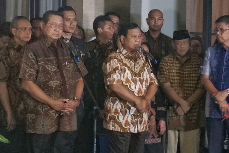 Calon presiden nomor urut 02 Prabowo Subianto saat memberikan keterangan seusai bertemu Ketua Umum Partai Demokrat Susilo Bambang Yudhoyono, di kawasan Mega Kuningan, Jakarta Selatan, Jumat (21/12/2018).