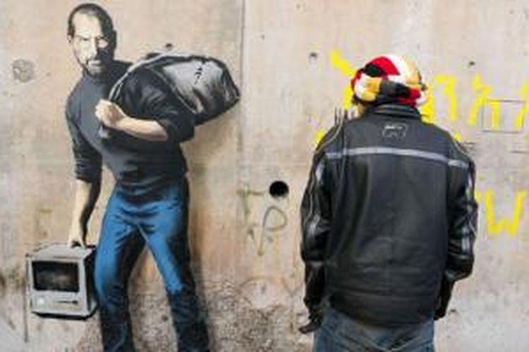 Jobs terihat sebagai salah dari pengungsi Suriah dengan dua tentengan di tasnya.
