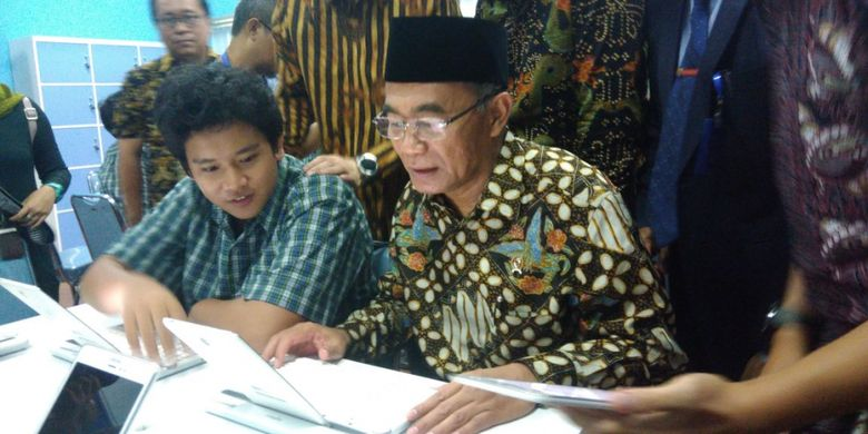 Menteri Pendidikan dan Kebudayaan Muhadjir Effendy saat meninjau Samsung Smart Learning Class di SMA Pangudi Luhur Jakarta, Selasa (20/3/2018)