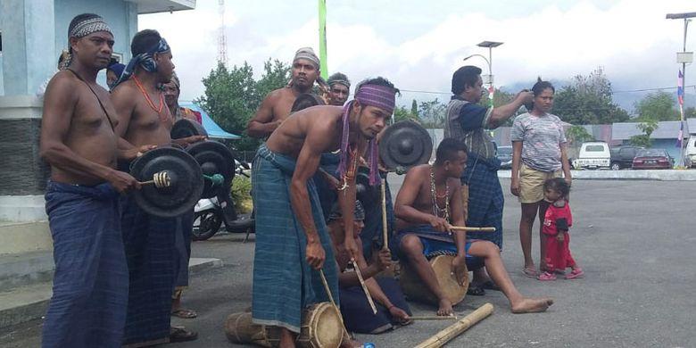 Tarian Soka Papak digelar saat menyambut Bupati dan Wakil Bupati Sikka, Fransiskus Roberti Diogo dan Romanus Woga di Pelabuhan Kewapante Maumere, Nusa Tenggara Timur (NTT), Selasa (4/6/2019).
