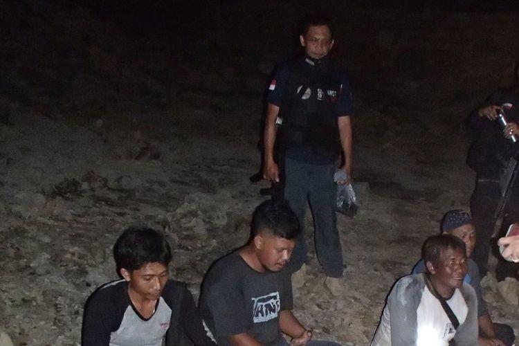 Para penambang ilegal di Tahura Bukit Soeharto, Samboja, Kaltim, saat dibekuk Satuan Polhut Reaksi Cepat (SPORC) Brigade Enggang Seksi Wilayah II Samarinda, Balai Gakkum Wilayah Kalimantan, KLHK, bersama Polisi Kehutanan Dinas Kehutanan, Kalimantan Timur, Selasa (23/6/2020) malam.