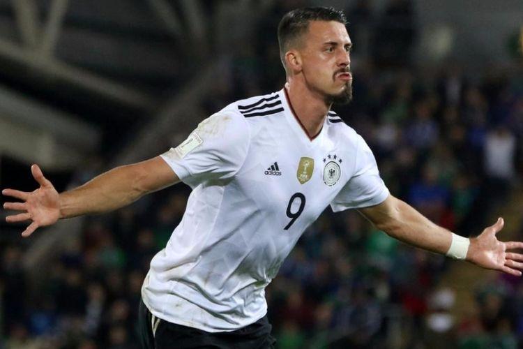 Sandro Wagner merayakan gol Jerman ke gawang Irlandia Utara pada pertandingan kualifikasi Piala Dunia 2018 di Windsor Park, Kamis (5/10/2017).