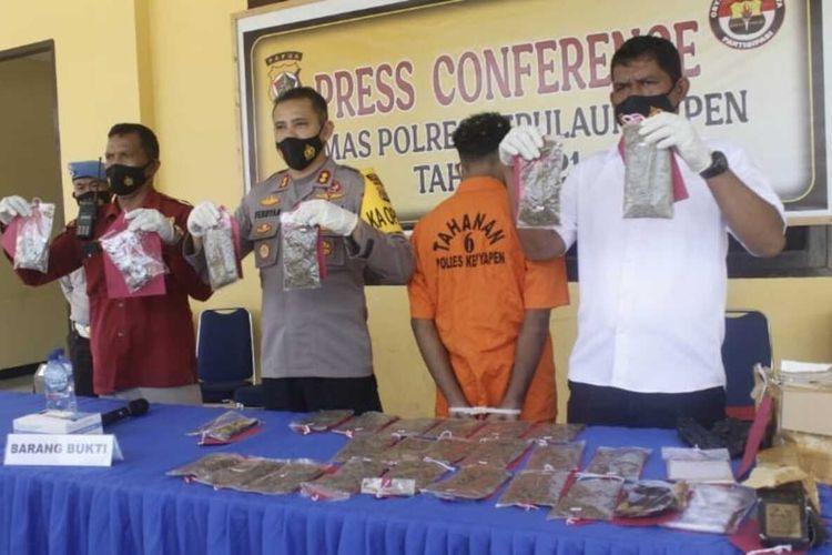 Kapolres Yapen AKBP Ferdyan Indra Fahmi didampingi Kasubag Humas Iptu. M. Borut, dan Kasat Resnarkoba Ipda Zainudin Abubakar menggelar konferensi pers terkait kasus narkoba, Rabu (17/3/2021).