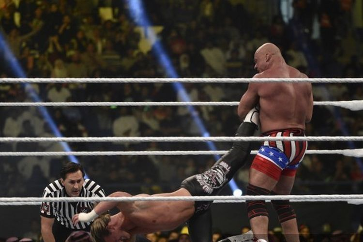 Aksi Kurt Angle (kanan) berduel dengan Dolpg Ziggler pada ajang WWE 2018 lalu