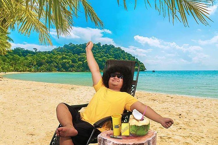 Meskipun mengunggah foto sedang menikmati suasana pantai, Babe Cabiita mengajak masyarakat untuk menunda mudik demi menekan angka penyebaran Covid-19.