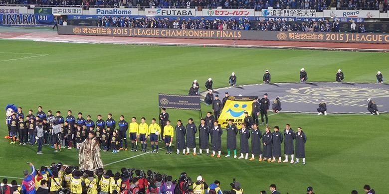 Gamba Osaka dan Sanfrece Hiroshima bersiap melakukan kick-off final pertama J1 League di Osaka Expo 70, Rabu (2/12/2015).