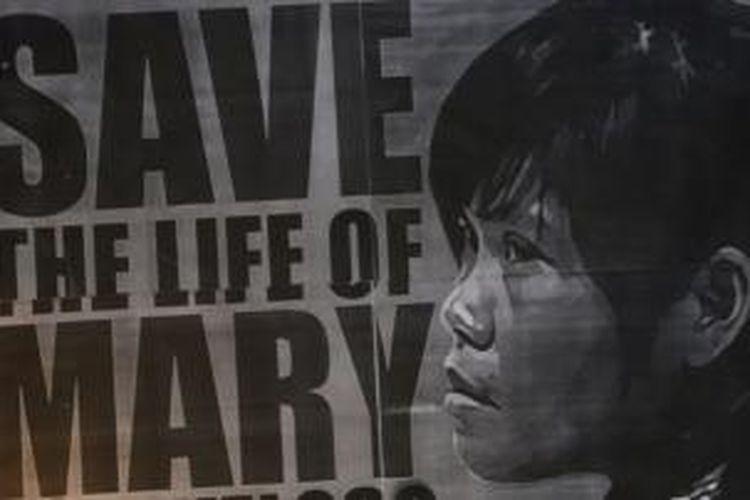 Poster yang dibawa para pengunjuk rasa di luar Istana Merdeka, Senin (27/4/2015) yang menuntut pengampunan bagi terpidana mati asal Filipina Mary Jane Veloso.