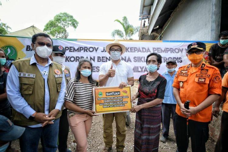 Gubernur Jawa Barat Ridwan Kamil memberikan bantuan sebesar Rp 1 miliar bagi para korban bencana longsor di Kupang, Nusa Tenggara Timur, Sabtu (1/5/2021) lalu.
