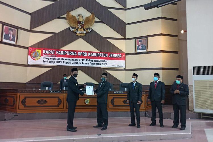 DPRD Jember menyerahkan rekomendasi LKPJ pada wakil bupati Jember Sabtu (17/4/2021) malam