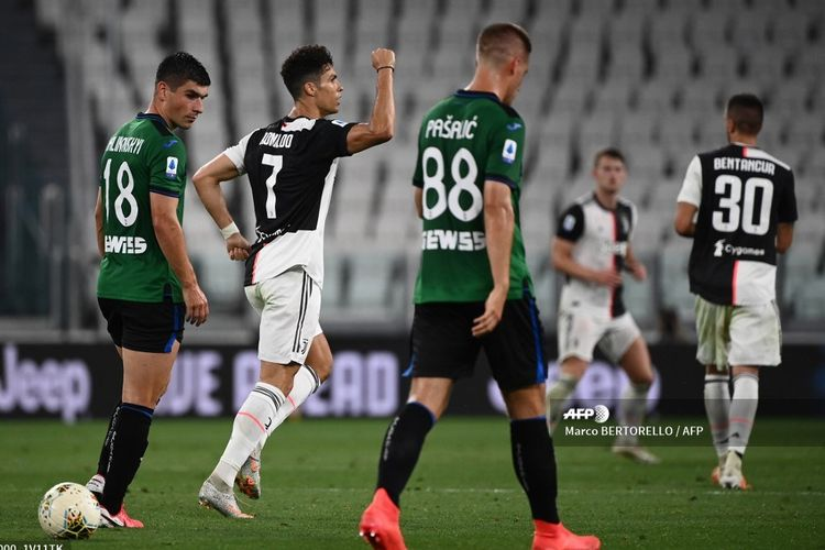 Cristiano Ronaldo (tengah) setelah merayakan gol penalti kedua dalam pertandingan Liga Italia Juventus vs Atalanta di Stadion Allianz, Minggu (12/7/2020) dini hari WIB, yang berakhir dengan skor 2-2.