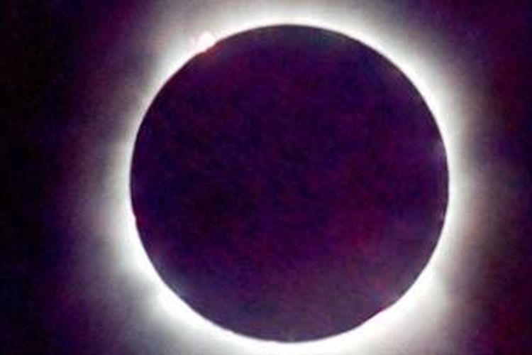 Keindahan Gerhana Matahari Total (GMT) yang banyak diburu orang. Foto ini diambil dari Pantai Penyak, 36 kilometer di selatan Pangkal Pinang, Bangka, Sumatera Selatan, saat terjadi GMT 18 Maret 1988. GMT akan kembali terjadi di wilayah Indonesia pada 9 Maret 2016.