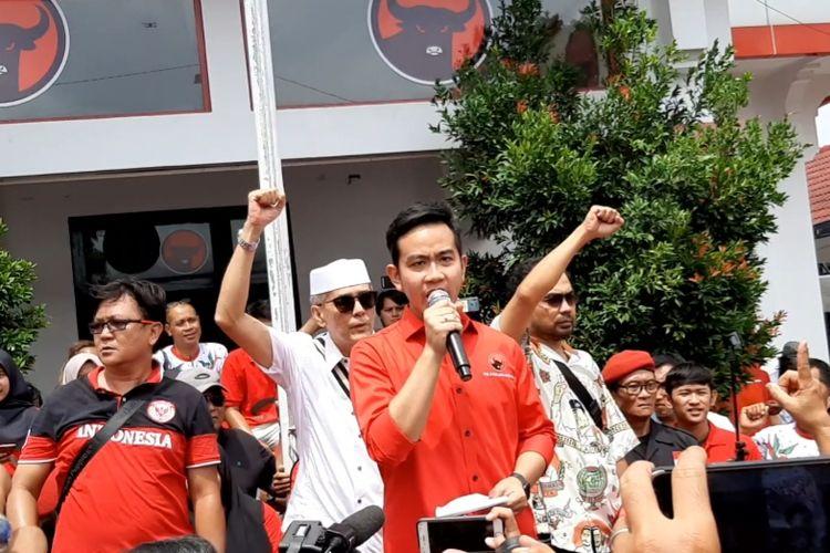 Gibran Rakabuming Rakabeorasi di atas panggung di halaman kantor DPD PDIP Jawa Tengah, Panti Marhaen, usai dirinya resmi mendaftar sebagai bakal calon wali kota Solo untuk periode 2020-2025, Kamis (12/12/2019).