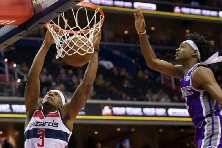 Pebasket Washington Wizards, Bradley Beal, melakukan dunk saat membela timnya menghadapi Sacramento Kings pada lanjutan musim reguler NBA 2018-2019 di Capital One Arena, Washington, AS, Senin (11/3/2019).