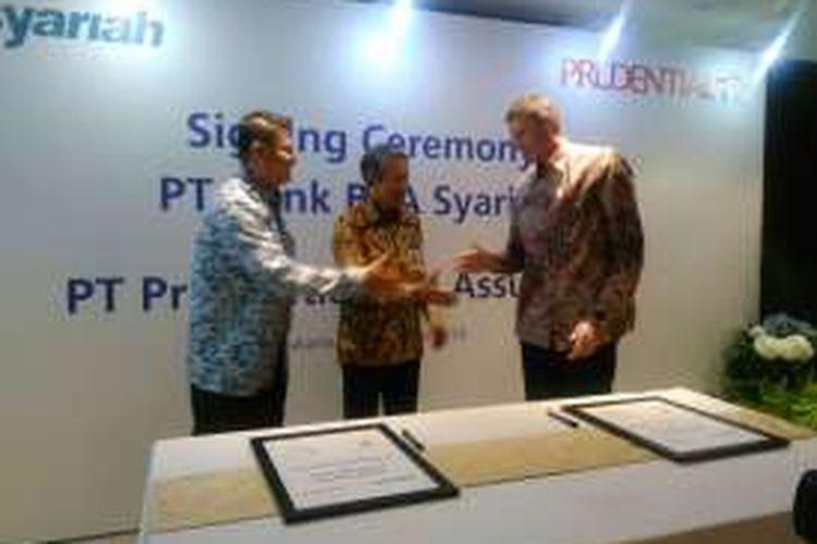 Penandatanganan kerja sama bancassurance PRUaman syariah (PAS) antara PT BCA Syariah dan PT Prudential Life Assurance, di Jakarta, Senin (28/11/2016)