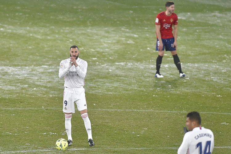 Penyerang Real Madrid Karim Benzema (kiri) jelang kick-off pertandingan Liga Spanyol antara Osasuna vs Real Madrid di Stadion El Sadar pada 9 Januari 2021.