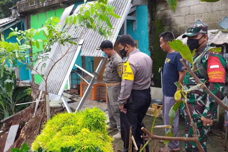 Sejumlah petugas kepolisian, Koramil, Pemerintah Kecamatan setempat dan BPBD Kabupaten Bogor telah melakukan penanganan dan evakuasi terhadap para korban terdampak bencana hidrometeorologi di 8 kecamatan di Kabupaten Bogor, Jawa Barat pada Senin (8/2/2021)