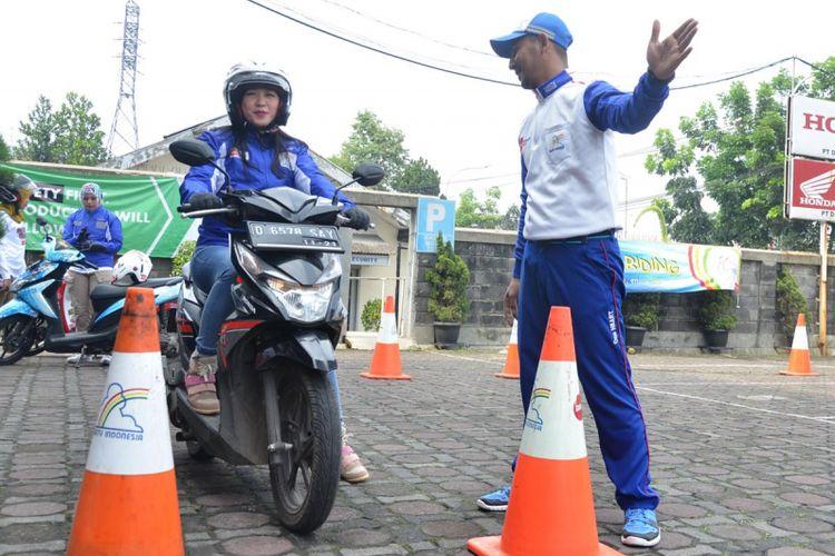 Perlatihan safety riding lady biker Honda oleh diler utama Honda Jawa Barat pada perayaan Hari Kartini, Jumat (21/4/2017).