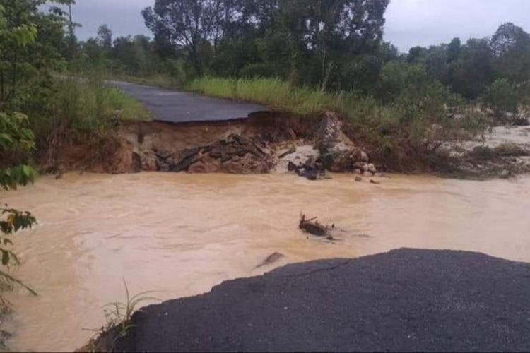 Jalan putus akibat banjir di Mempaya, Belitung Timur, Senin (18/01/2021).