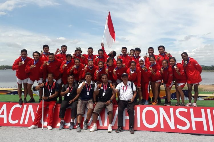 Tim perahu dayung Indonesia meraih medali emas di Kejuaraan Dunia Perahu Naga di Pattaya, Thailand, Kamis (22/8/2019)