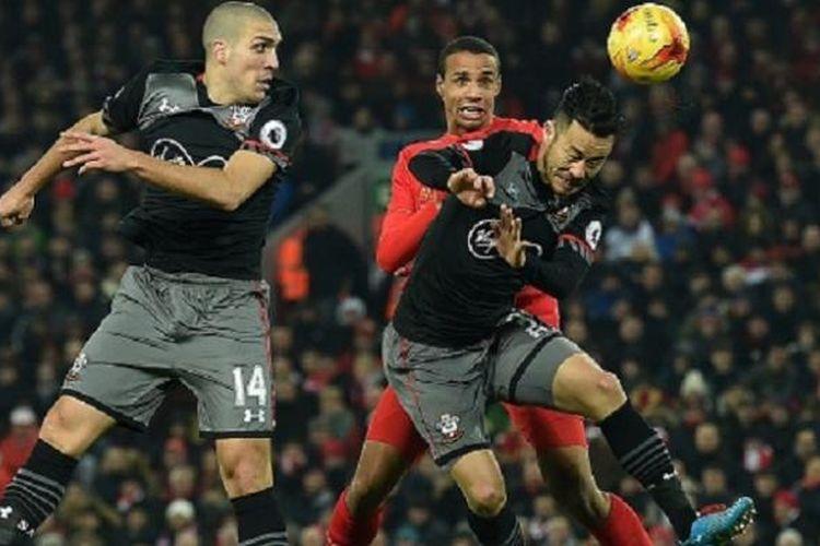 Joel Matip berduel dalam perebutan bola di udara dengan Oriol Romeu dan Maya Yoshida saat Liverpool menjamu Southampton di Anfield, Rabu (25/1/2017).