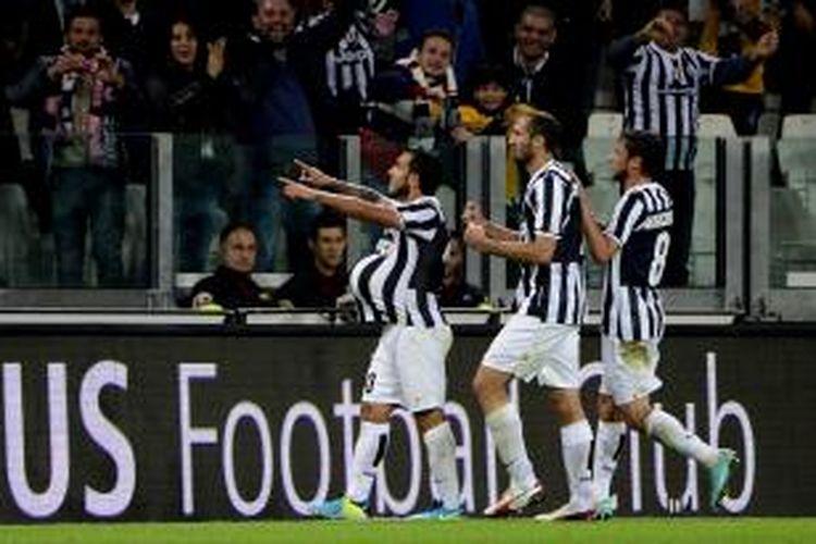 Penyerang Juventus Carlos Tevez (kiri) merayakan golnya ke gawang Catania, pada laga Serie-A, di Juventus Stadium, Rabu (30/10/2013).