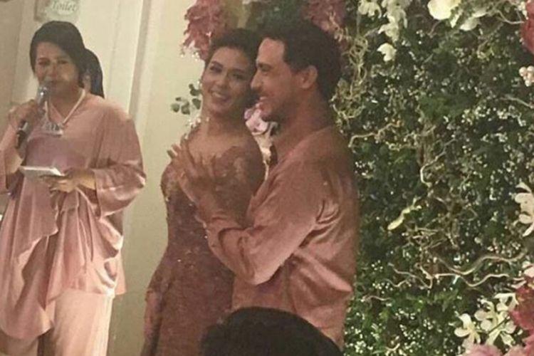 Artis peran Hamish Daud dan vokalis Raisa menunjukkan tangan kiri dalam sebuah acara keluarga di kediaman Raisa di Cinere, Depok, Minggu (21/5/2017) malam.