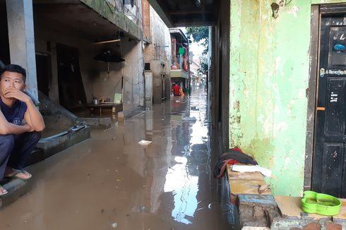 Sabtu Sore, Banjir di Jalan Bina Warga Rawajati Masih 1 Meter Lebih
