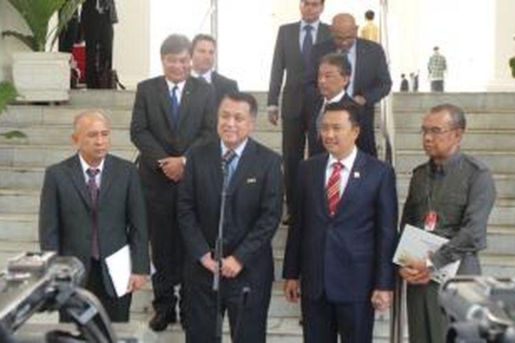 Ketua Delegasi FIFA-AFC Kohzo Tashima bersama Kepala Staf Presiden Teten Masduki dan Menpora Imam Nahrowi, di Istana Merdeka, Jakarta, Selasa (2/11/2015). Powered by Telkomsel BlackBerry®