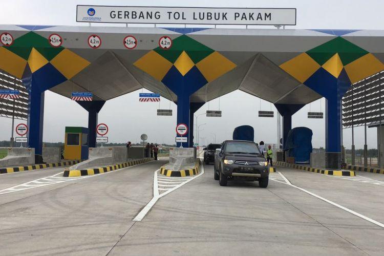 Kondisi aktual Jalan Tol Trans Sumatera ruas Medan-Kuala Namu-Tebing Tinggi. Tampak dalam gambar Gerbang Tol (GT) Lubuk Pakam.