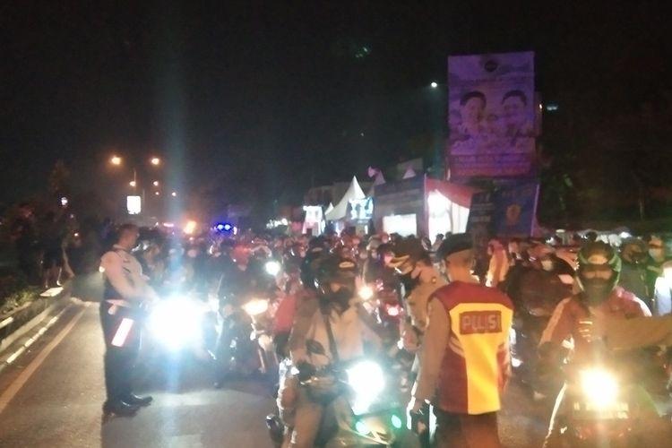 Petugas gabungan melakukan penyekatan di Pos Tanjungpura, Senin (10/05/2021) malam.