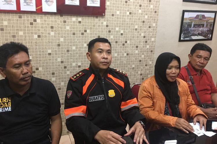 Kapolres Sukabumi Kota AKBP Susatyo Purnomo (kiri kedua) saat jumpa pers di kantor Polres Sukabumi Kota, Jawa Barat, Minggu (12/5/2019) malam.