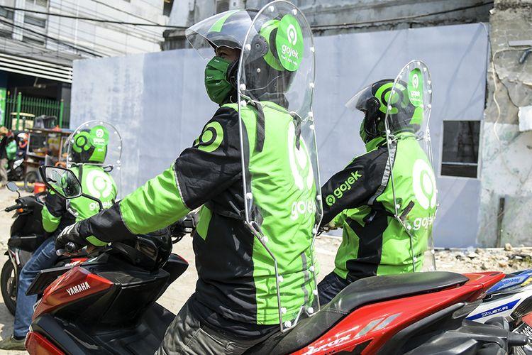 Pengemudi ojek daring mengenakan sekat pelindung saat menunggu penumpang di kawasan jalan Kendal, Jakarta, Rabu (10/6/2020). Penggunaan sekat pelindung untuk pembatasan antara pengemudi dan penumpang tersebut sebagai bentuk penerapan protokol kesehatan guna meminimalisir risiko penyebaran virus COVID-19 dalam menghadapi era normal baru. ANTARA FOTO/Galih Pradipta/aww.