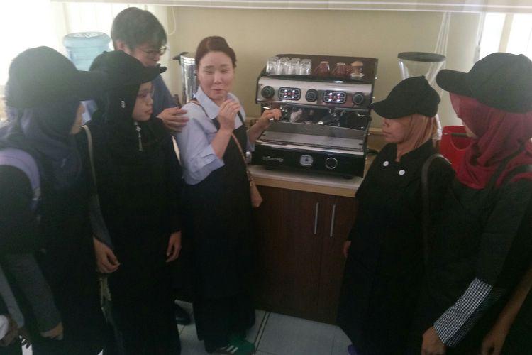 Instruktur dari Korea tengah mencoba menjelaskan fungsi mesin kepada para peserta pelatihan barista disabilitas netra di Wyata Guna Kota Bandung, Rabu (13/3/2019).