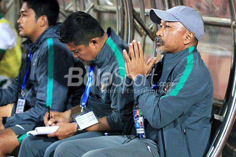 Pelatih timnas U-16 Indonesia, Fakhri Husaini, menyaksikan laga dari bangku pemain cadangan saat melawan Myanmar dalam laga Grup A Piala AFF U-16 2018 di Stadion Gelora Delta, Sidoarjo, Selasa (31/8/2018).