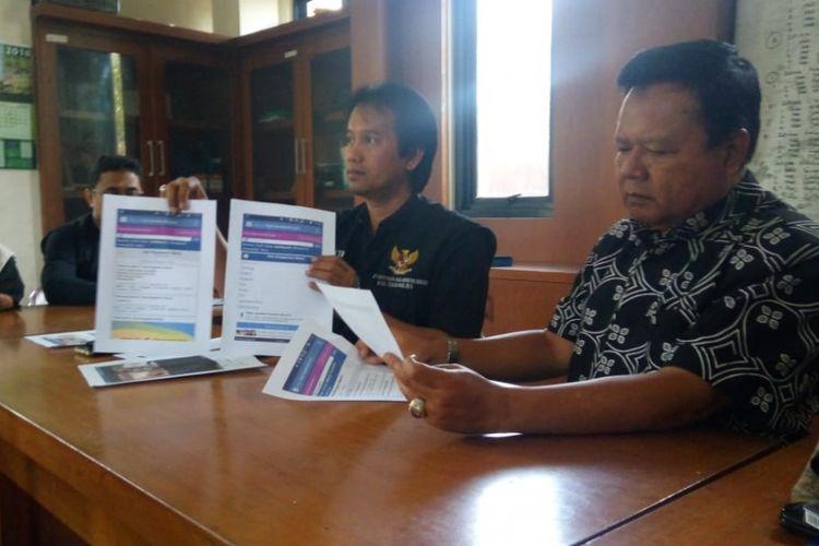 Para Ketua KPAID dan FKUB Kabupaten Tasikmalaya menunjukkan grup gay Singaparna Baru dan Ciawi yang berjumlah ribuan orang di kantornya, Rabu (10/10/2018).