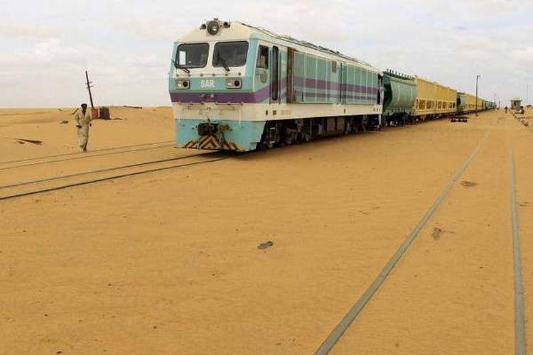 Jejak kereta api ditutupi oleh pasir sebagai akibat dari perambahan gurun pada tahun 2013 di Stasiun Kereta Api Ogrein di Sudan. (Mohamed Nureldin Abdallah / Reuters)