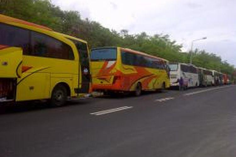 13 bus pengangkut massa Golkar dari Jawa tiba di Nusa Dua, Bali, untuk menghadiri Munas IX Golkar, Minggu (30/11/2014).