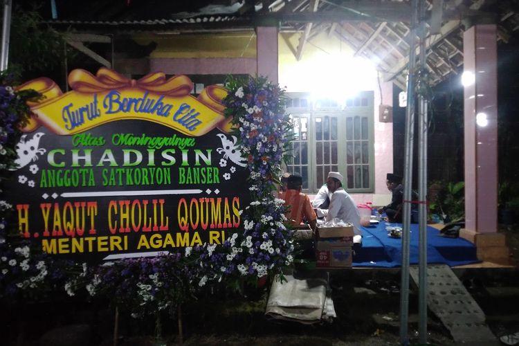 Suasana di kediaman Chadisin, anggota Banser Jombang yang meninggal dunia saat menjadi imam shalat, di Dusun Dukuhdimoro, Desa Dukuhdimoro, Kecamatan Mojoagung, Kabupaten Jombang Jawa Timur.